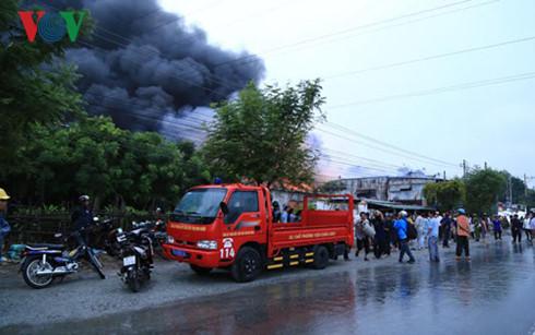 Rất đông người dân hiếu kỳ tụ tập gần hiện trường đám cháy.