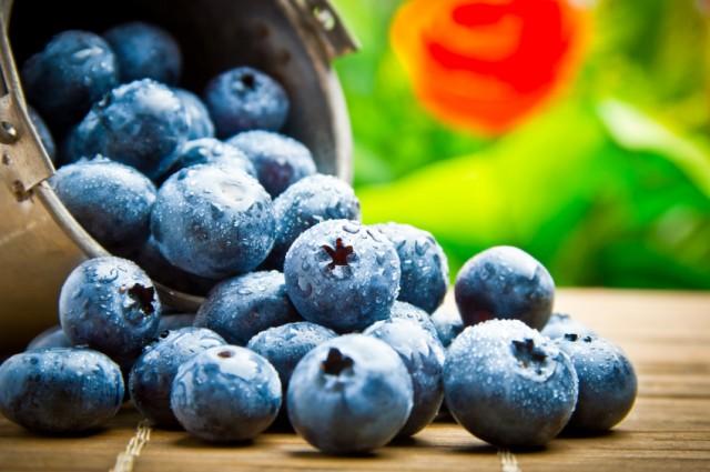Quả việt quất: Thường xuyên xuất hiện trong danh sách siêu thực phẩm tốt cho sức khỏe, quả việt quất luôn được ca ngợi về khối lượng chất chống oxy hóa khổng lồ. Hơn nữa, nhiều nghiên cứu đã khẳng định, dù được bảo quản lạnh hay đóng đá cũng không ảnh hưởng đến mức độ dinh dưỡng của loại quả này.