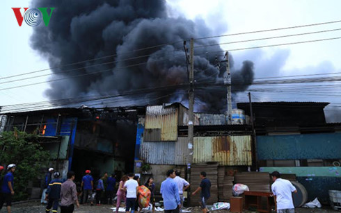 Người dân tranh thủ sơ tán đồ đạc để giảm thiểu thiệt hại do đám cháy gây ra.
