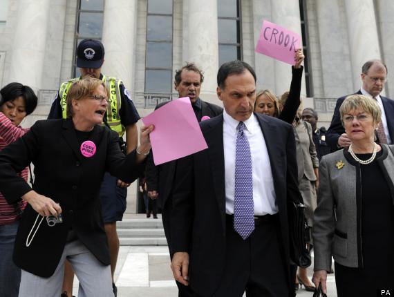 CEO Richard Fuld bị tra hỏi bởi những người phản đối sau khi ông rời khỏi Capital Hill. Ảnh: PA.