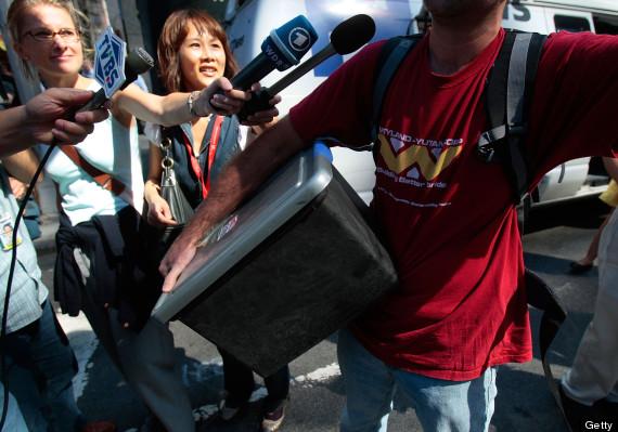 Một nhân viên xếp đồ rời khỏi văn phòng Lehman Brothers tại Anh. Ảnh: Getty.