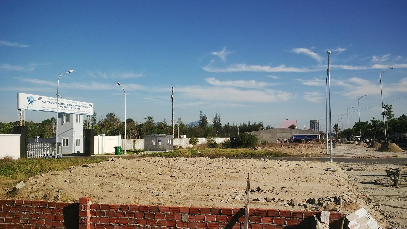 Hình ảnh khu đất biệt thự nằm sát sân bay Nước Mặn đã được nhiều người Trung Quốc núp bóng mua gom để đầu tư xây nhà hàng khách sạn.