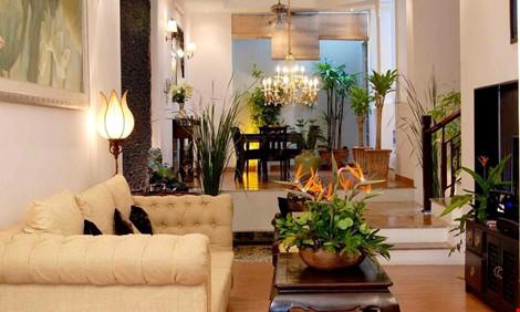 Nội thất ngôi nhà ở Việt Nam của danh hài chủ yếu là màu nâu đen của gỗ - đậm chất thiền tạo sự thư giãn và tĩnh tâm. Sự kết hợp các gam màu trong nhà cùng những hoa văn trạm trổ tạo nên cảm giác cổ điển trong một không gian hiện đại.