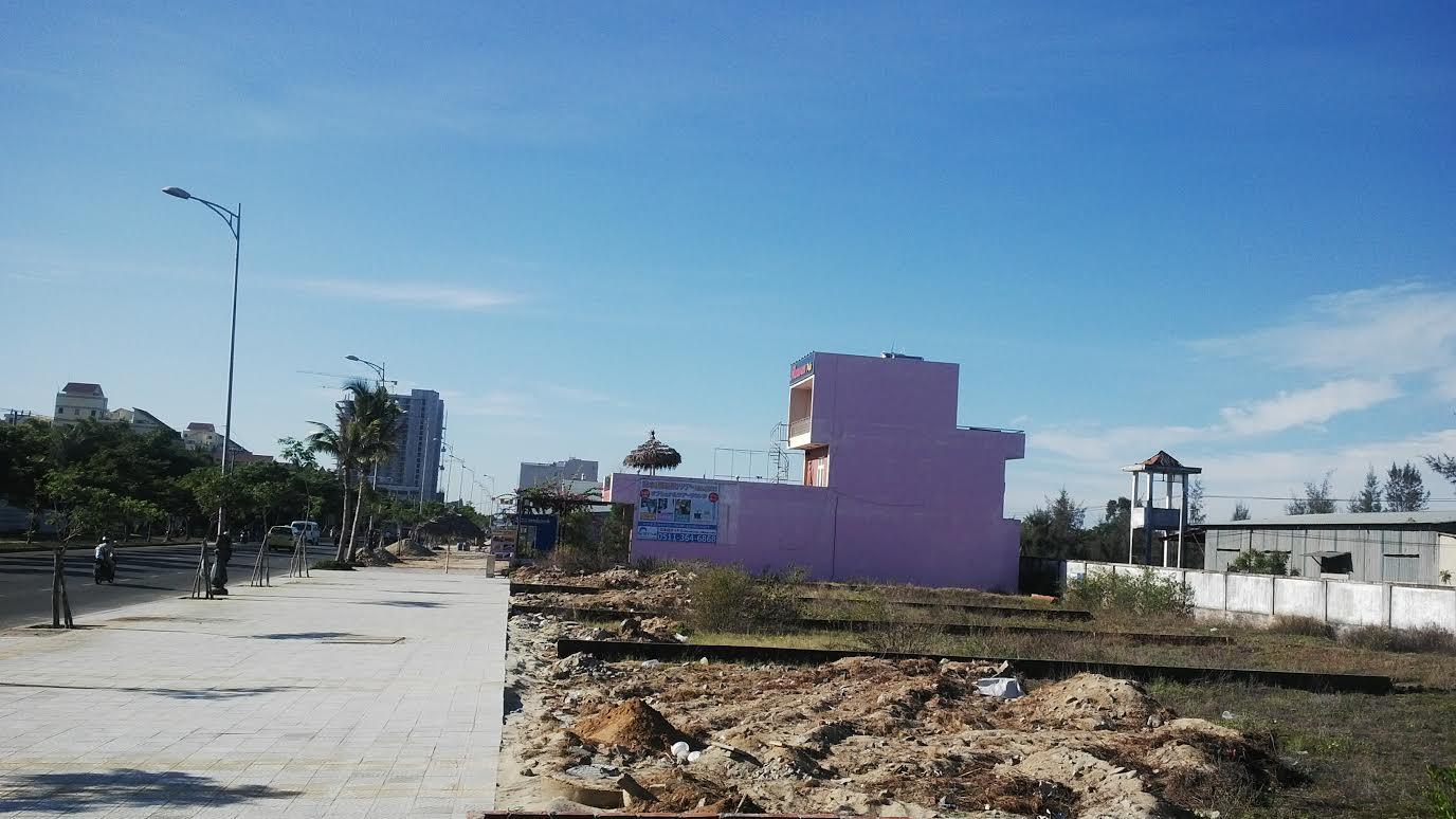 """Cả khu vực này nằm bên tổ hợp khách sạn Crowne Plaza do người Trung Quốc làm chủ đã hình thành nên khu phố """"Tàu"""" bên biển Đà Nẵng"""