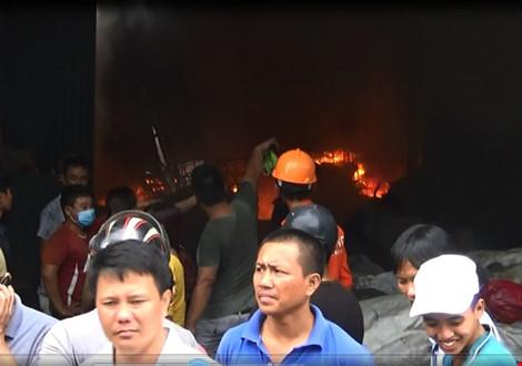 Bên trong công ty khi lửa bắt đầu bùng phát.