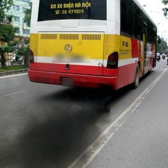 Xe buýt xả khói trên đường phố Hà Nội - Ảnh: M.Quang
