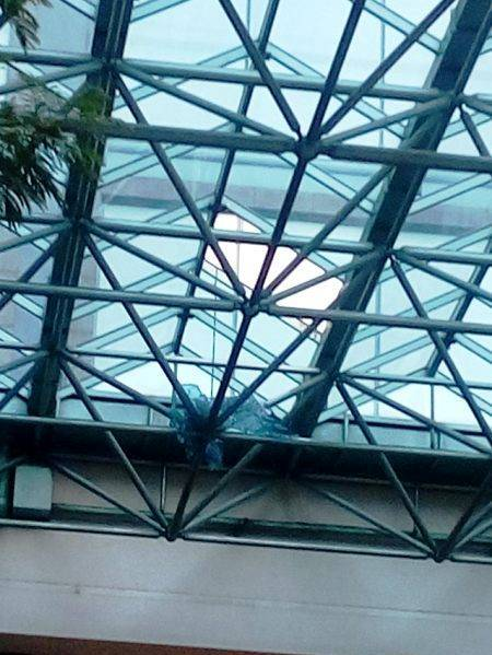 Mái che được thiết kế bằng kính trước khách sạn Sheraton Saigon bị thủng lỗ.
