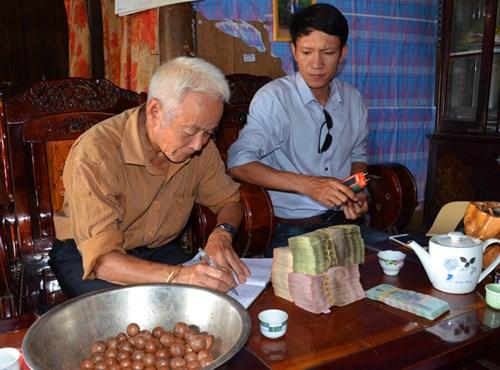 Ông Đại ký nhận tiền ứng mua hạt mắc ca từ anh Dũng.