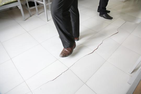 Tại khu B KTX nền nhà xuất hiện nhiều vết nứt, gạch trồi lên cao 3cm.