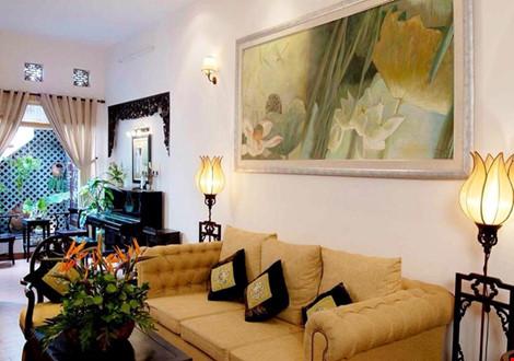 Không chỉ trưng bày cây cỏ, đồ nội thất của cô cũng mang hình dáng thiên nhiên, ví dụ như chiếc đèn hình bông sen.