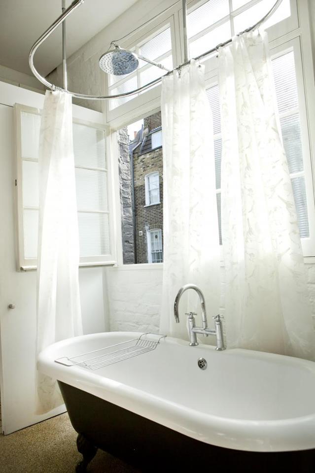 Tuy được đưa ra ngoài nhưng khi cần dùng chủ nhà có thể kéo tấm rèm trắng xung quanh và vậy là đã có một không gian đủ riêng tư trong khu vực tắm.
