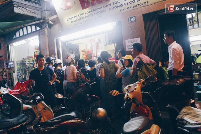 Không chỉ ban ngày người Hà Nội mới xếp hàng chờ mua bánh mà cảnh tượng này còn kéo dài về đêm.