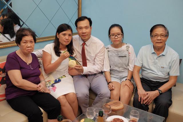 Hoàng Xuân Vinh đoàn tụ cùng gia đình sau khi thành công ở Olympic Rio 2016.
