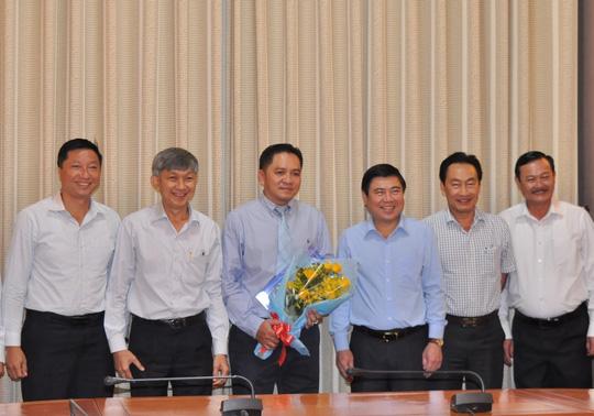 Lãnh đạo UBND TP HCM và Saigontourist chúc mừng ông Bình (cầm hoa) trên cương vị mới