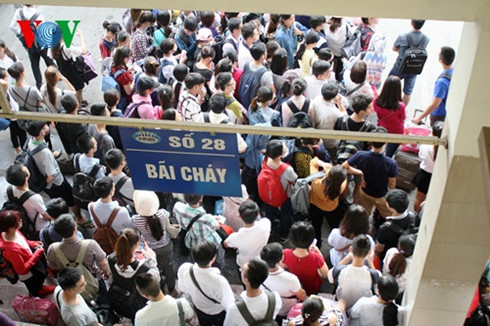 Tuyến xe Quảng Ninh tại bến Mỹ Đình đông nghịt người chờ.