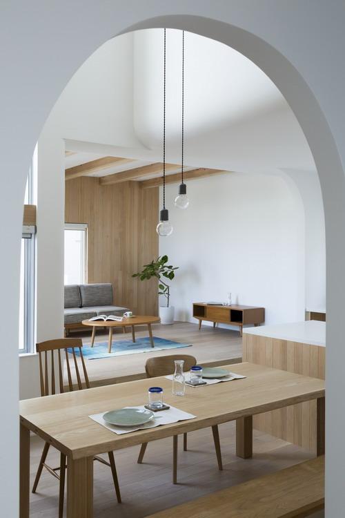 Không gian phòng khách được ngăn cách với những khu vực khác bởi nền nhà cao hơn và được bài trí vô cùng đơn giản nhưng không kém phần sang trọng.