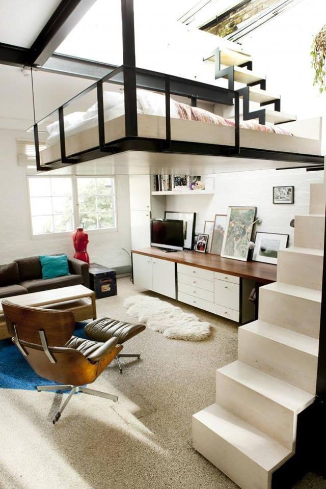 Ngay trên đầu phòng khách là chiếc giường treo với 4 góc được gắn cố định vào trần nhà. Để lên được không gian nghỉ ngơi này bạn phải đi bằng một chiếc cầu thang nhỏ màu trắng sát bên hông.