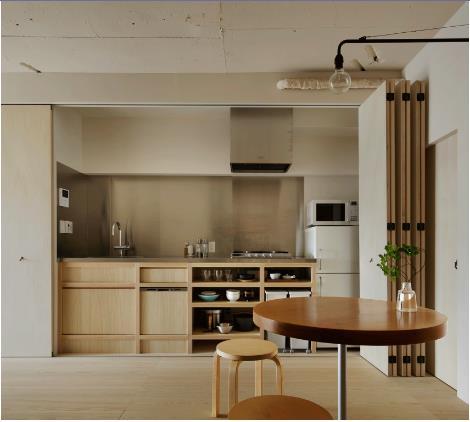 Nhờ có gian bếp biến hình này mà mùi của bếp ăn không còn ảnh hưởng tới các không gian khác trong nhà. Tất cả mọi thứ trong bếp đều được giấu kín khéo léo chỉ bằng một thao tác kéo những cánh cửa gấp lại.