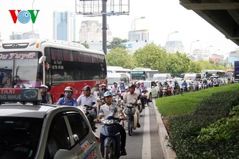 Tuyến đường Phạm Hùng ùn tắc cục bộ tại cửa bến xe Mỹ Đình.