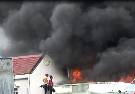Đám cháy đang đe dọa lan sang những căn nhà kế bên.