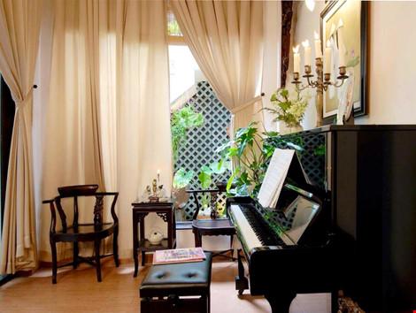 Mặc dù được thiết kế theo phong cách Á Đông, nhưng vẫn rất dễ dàng để tìm thấy một cây đàn ở góc nhà bởi lẽ ngoài tài diễn hài, ca hát, cô còn chơi đàn rất giỏi.