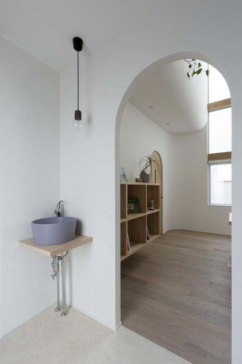 Ngay cả kệ đặt chậu rửa tay cũng được thiết kế với chất liệu gỗ.