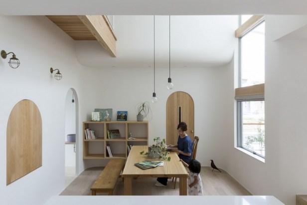 Khu vực bàn ăn thông thoáng đặt ngay cạnh cửa sổ.