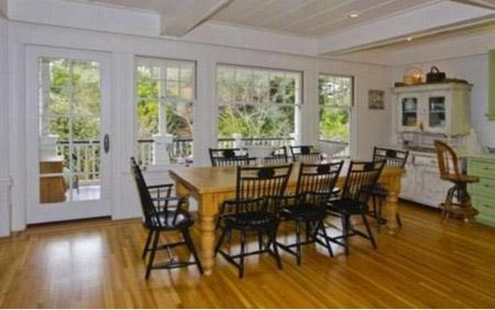 Phòng ăn của gia đình với những đồ dùng vô cùng giản dị được bố trí sát ban công.
