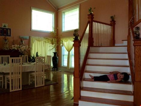 Tuy nhiên, ngôi nhà này vẫn được cô lựa chọn cách bài trí và giữ phong cách thiết kế mang chút Á Đông và cổ điển với cầu thang gỗ giản đơn hay màu vàng cam ấm nóng trong nhà..