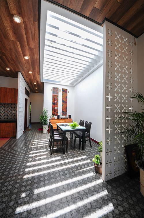 Những tấm vách ngăn nhỏ cùng họa tiết với bức tường hoa trước nhà được đặt những vị trí khéo léo nhằm phân chia các khu vực chức năng trong nhà.