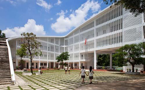 Bao quanh công trình là hệ thống lam bằng bê tông đúc sẵn, nó có tác dụng bảo vệ giáo viên và học sinh khỏi ánh nắng trực tiếp của mặt trời. Ngoài ra hệ thống lam còn tạo ra hệ thống thông gió tự nhiên cho khu hành lang của ngôi trường.