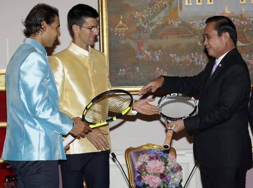 Hai tay vợt tặng quà cho Thủ tướng Thái Lan Prayuth Chan-ocha