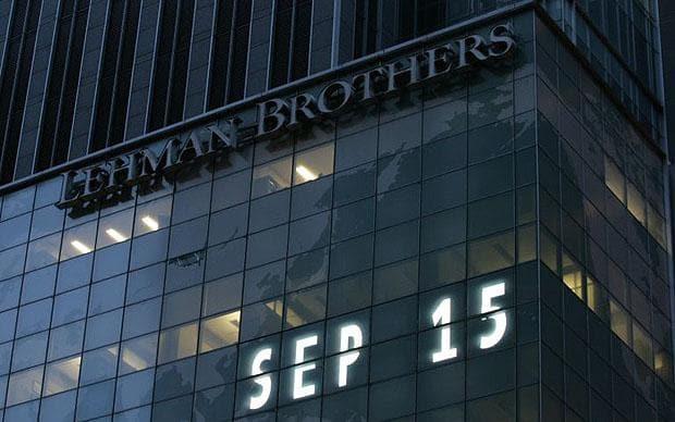 Trụ sở của ngân hàng Lehman Brothers ở New York được chỉnh trang lại hoàn toàn từ đêm Chủ nhật cách đây đúng 8 năm khi một đám đông người hiếu kỳ đứng nhìn các nhân viên khăn gói rời khỏi tòa nhà này. Ảnh: AP.