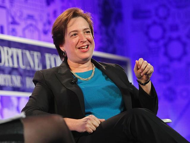 5. Bà Elena Kagan trở thành thẩm phán của Tòa án tối cao năm 2010 sau khi được đề cử bởi Tổng thống Obama. Bà tốt nghiệp Trường Luật Harvard vào năm 1986 và giữ chức vụ hiệu trưởng năm 2003, cho đến khi được bổ nhiệm vào Tòa án tối cao Hoa Kỳ.
