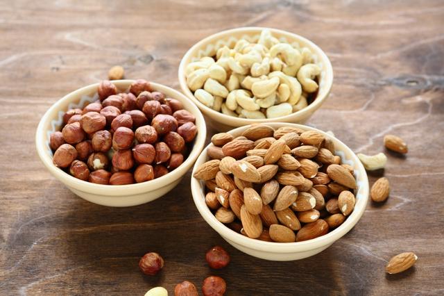 Các loại hạt: Quả óc chó, hạnh nhân, hạt thông, quả hồ trăn đều cực tốt cho sức khỏe. Quả óc chó có hàm lượng serotonin cao, chất hóa học trong não giúp con người vui vẻ, hạnh phúc; trong khi đó, hạnh nhân là một nguồn chất béo tốt cơ thể; hạt thông có nồng độ cao các vitamin và khoáng chất; cuối cùng trong danh sách, quả hồ trăn giúp giảm lượng cholesterol LDL trong cơ thể.