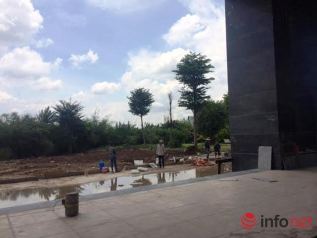 Các công nhân đang thi công phía sau dự án.