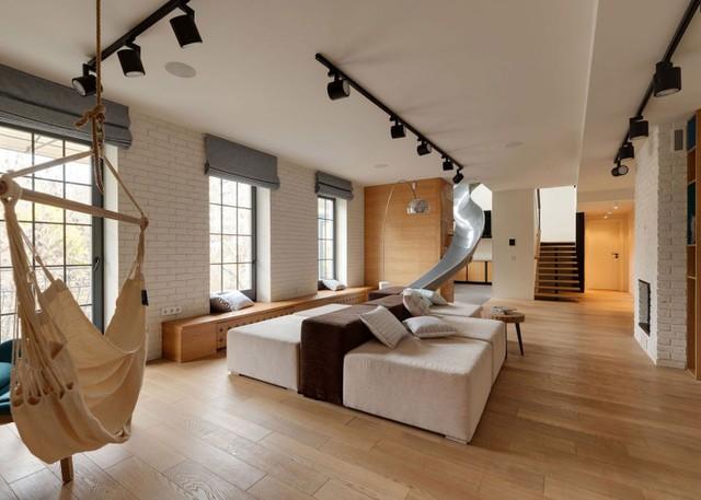 Với thiết kế lạ mắt này chủ nhà có thể dễ dàng xuống phòng khách rất nhanh mà chẳng hề phải mất sức.