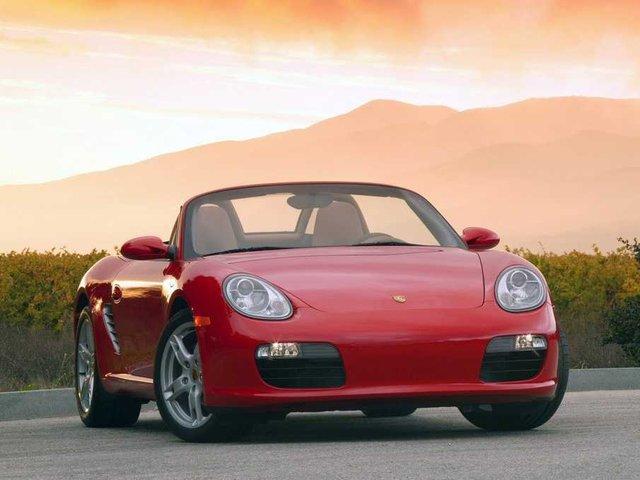 Tỷ phú có niềm đam mê đặc biệt với xe hơi. Ông tậu hàng loạt xe sang như Porsche Boxster, Porsche Carrera GT hay xe hạng nặng Hummer H2...