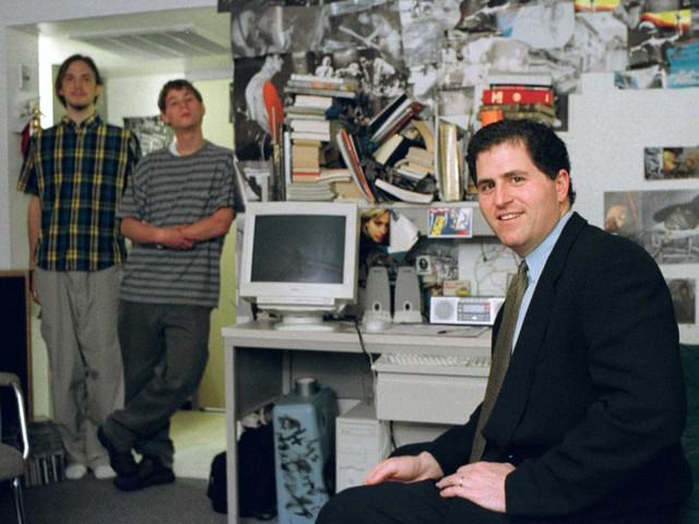 Dù từng chỉ yêu thích máy tính, Dell theo học lớp tiền y khoa ở trường Đại học Texas ở Austin vào năm 1983. Ông dành thời gian rảnh để nâng cấp máy tính và bán cho bạn cùng phòng ở ký túc xá. Việc này mang về cho Dell 180.000 USD chỉ trong tháng đầu tiên. Dù không quay lại học tiếp năm thứ 2 song năm 1999, Dell tới ký túc xá và chụp bức ảnh này.