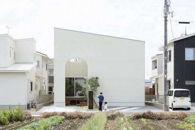Ngôi nhà nổi bật giữa khu dân cư với cửa vòm rộng lớn giúp ánh sáng có thể dễ dàng len lỏi vào mọi ngõ ngách trong nhà.