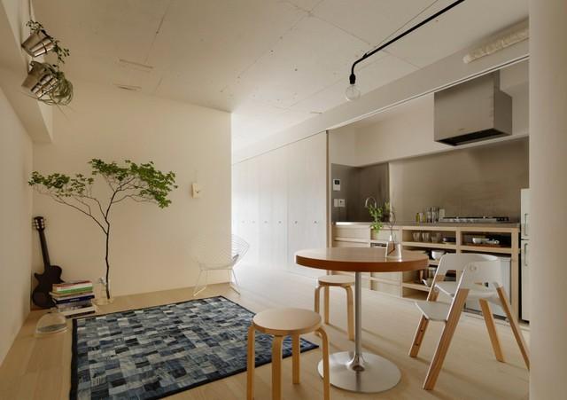 Căn hộ diện tích nhỏ có tông màu sáng, toàn bộ các khu vực chức năng đều được bố trí dọc ngôi nhà. Phòng khách và bếp ăn được thiết kế chung một không gian. Cùng phía với phòng khách là phòng ngủ và phòng tắm, phía đối diện là hệ thống tủ gấp với nhiều ngăn thỏa mãn nhu cầu trữ đồ của gia chủ.