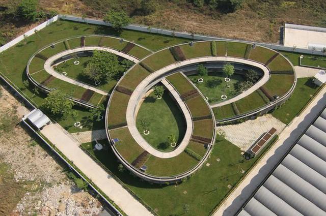 Công trình do kiến trúc sư Võ Trọng Nghĩa, Takashi Niwa, Masaaki Iwamoto và các kiến trúc sư Trần Thị Hằng, Kuniko Onishi sáng tạo nên. Điểm đặc biệt làm nên thành công lớn của công trình này đó là một mái vòm phủ đầy cây xanh nối dài mang đến sân chơi tuyệt vời cho con trẻ.