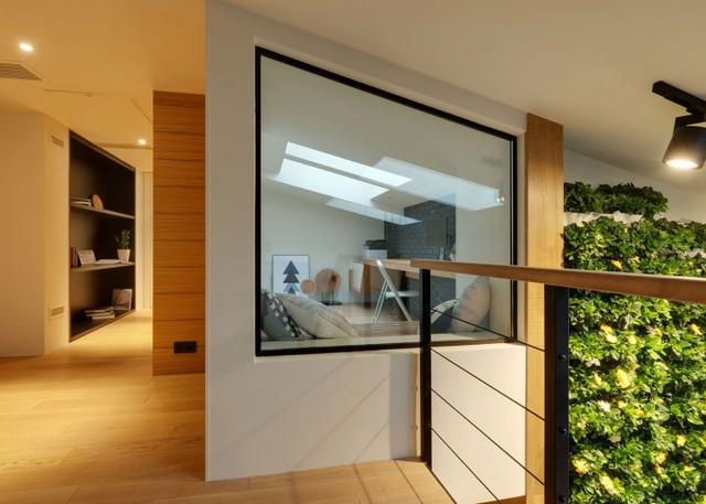 Toàn bộ sàn tầng 2 được ốp gỗ sáng màu mang đến cảm giác sáng sủa và ấm cúng.