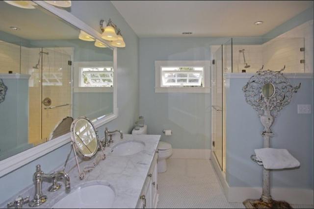 Một phòng tắm khác của căn biệt thự.