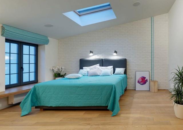 Phòng ngủ được thiết kế đơn giản với gam màu xanh cùng cây xanh tạo không gian nghỉ ngơi lý tưởng chi gia chủ.