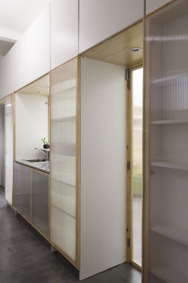 Bên trong phòng bếp cũng được trang bị hệ thống tủ vô cùng tiện dụng và gọn sạch.