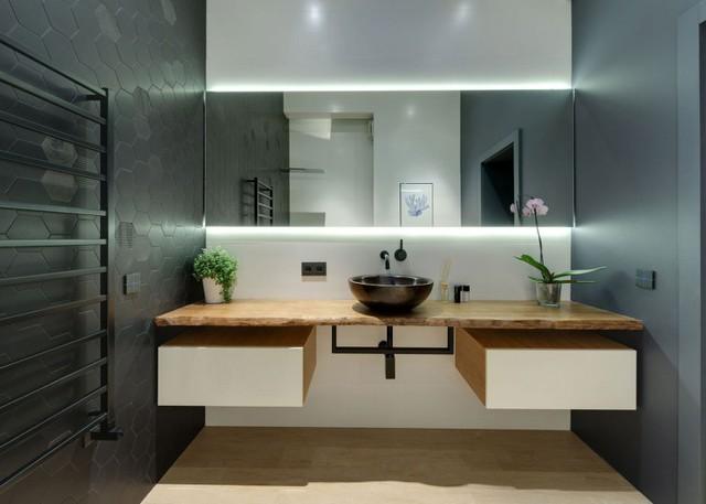 Đối lập với không gian phòng khách, bếp và phòng ngủ, khu vực vệ sinh được tạo bởi hai gam màu đen, trắng vừa sạch đẹp mà không kém phần sang trọng.