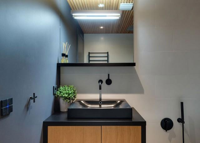 Bồn rửa tay cũng được thiết kế rất thong minh với tủ đựng đồ bên dưới.