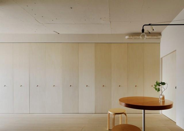 Điểm đặc biệt của căn hộ này là hệ thống bếp ăn được giấu kín sau những cánh cửa gấp. Chỉ cần nhẹ tay kéo cửa lại là chủ nhà đã có một không gian tiếp khách vô cùng thoáng rộng, gọn gàng và ngăn nắp.