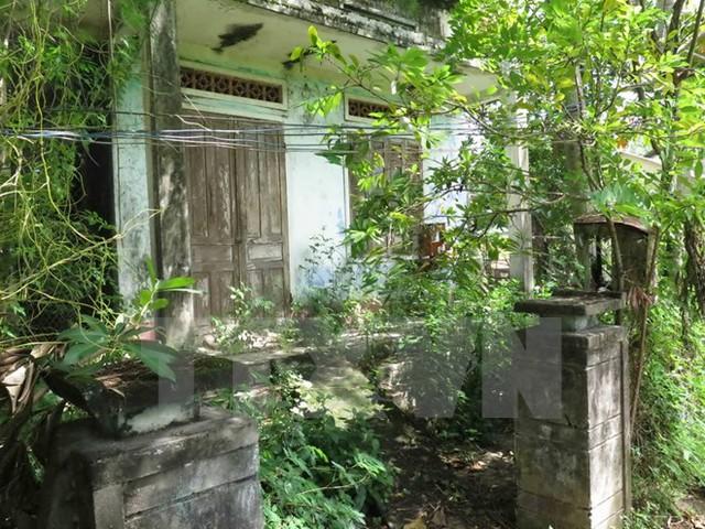 Những ngôi nhà nằm trong vùng quy hoạch treo phải bỏ hoang. (Ảnh : Đỗ Trưởng/TTXVN)